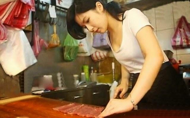 Gadis cantik penjual daging ini menjadi popular dan sensasi di internet