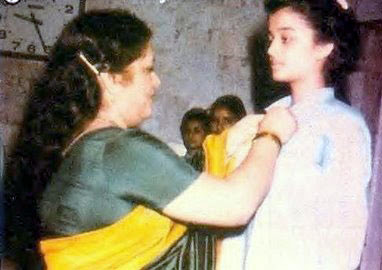 childhood photos of aishwarya rai in school getting medal from teacher