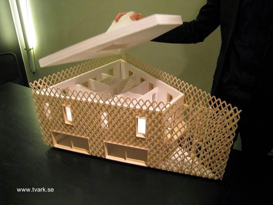 Maqueta arquitectónica de la casa con rejas de madera en sus fachadas