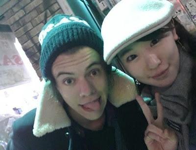 Harry Styles tira foto com Fã no Japão