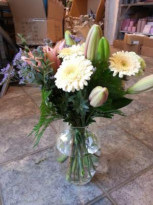 åpen kiste med blomsterdekor