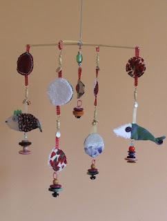 création d'un mobile pour éveiller les sens des enfants tissu et perles tout l'univers créatif de mimi vermicelle