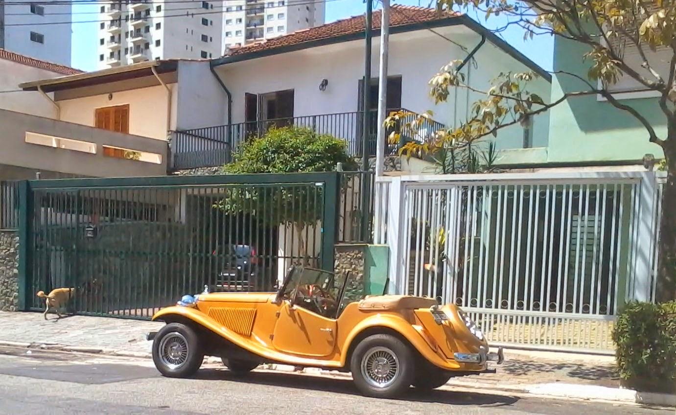 O MP Lafer na frente da casa dos avós Carlos Edson e Lorien, onde viveu o pai do Rafael, o Vinicius.
