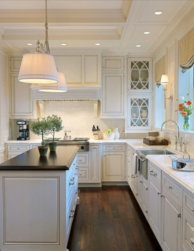 Lamb blonde 20 beautiful white kitchens for Beautiful kitchen designs with white cabinets