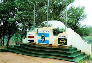 Monumento em Puerto Iguazú demarca a fronteira de Argentina, Brasil e Paraguai. O local reúne as bandeiras dos três países.