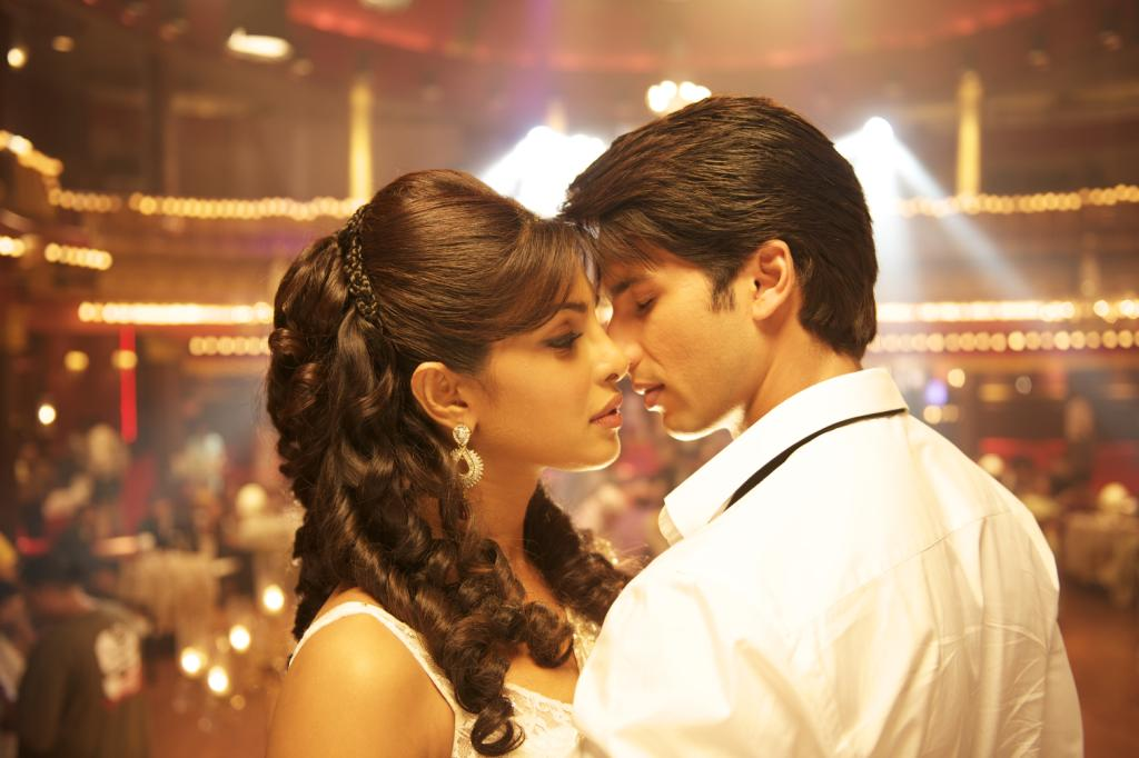 Priyanka and shahid get intimate - (3) - Priyanka chopra & shahid kapoor Teri Meri Kahaani Movie stills and wallpapers(hq)