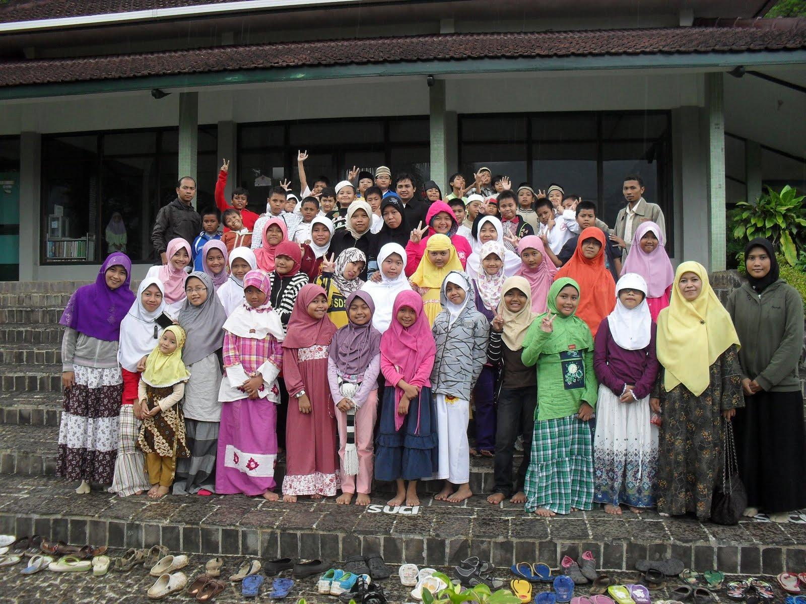 http://4.bp.blogspot.com/-bwimUsIy_5E/Tfr-4OXEVjI/AAAAAAAAAFw/6AHW3DRALho/s1600/AMST+di+depan+Masjid+Hidayatullah.jpg