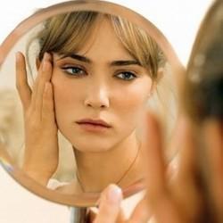 ثلاثة أخطاء شائعة تضر البشرة - بنت امرأة تنظر فى المرآة - المراه - المرايا