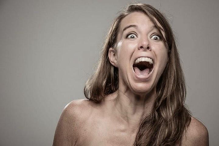 Девушку бьют электрошокером. Фото новости.