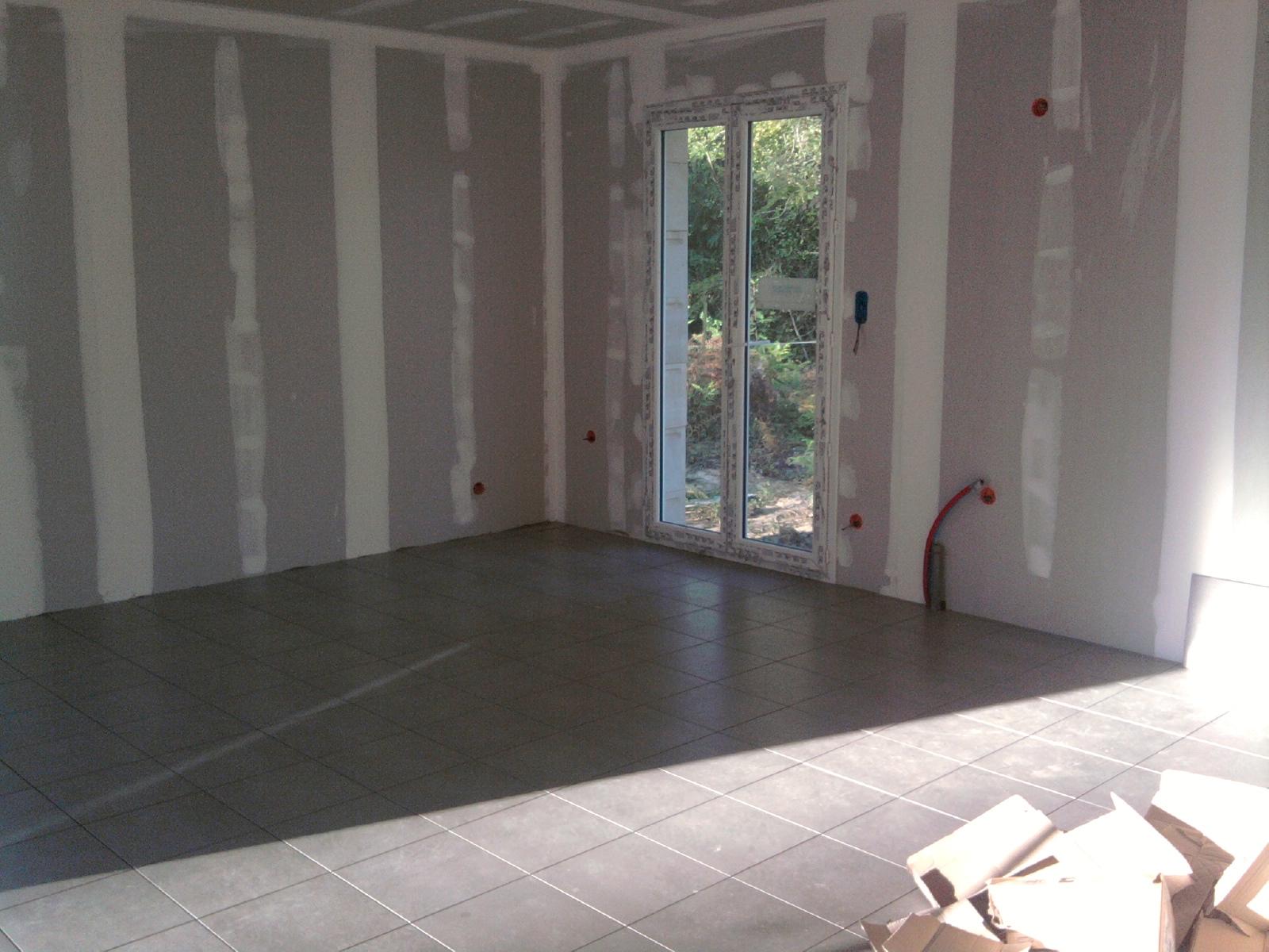 Construction maison carrelage du salon et salle de bain for Construction salle de bain