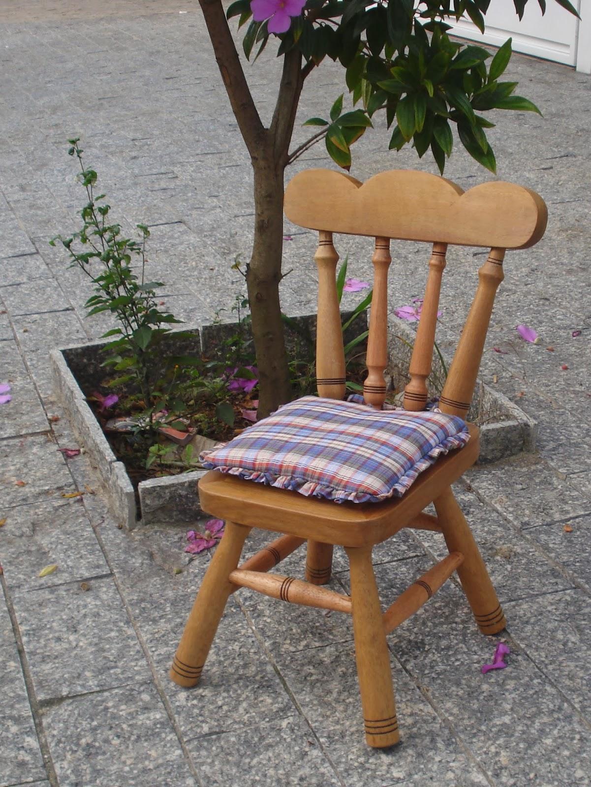 de um artesão airton ele faz lindas cadeirinhas de madeira maciça #6C472F 1201x1600