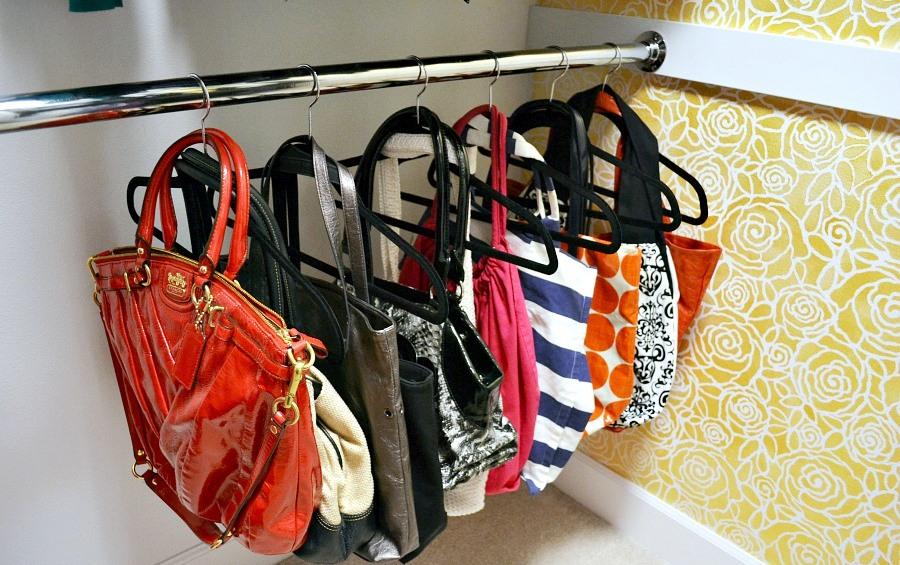 Organização de bolsas em cabides comuns