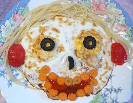 Забавно личице от пържени яйца на очи