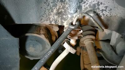 Aflojar tuerca tubería rígida latiguillo freno VW Golf II