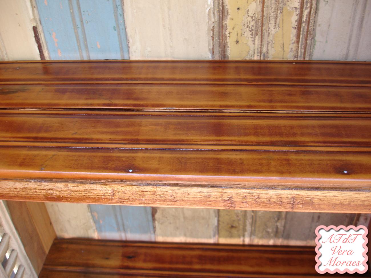de garimpo: a prateleira as ferragens e os entalhes em madeira na #7D3E23 1300x975