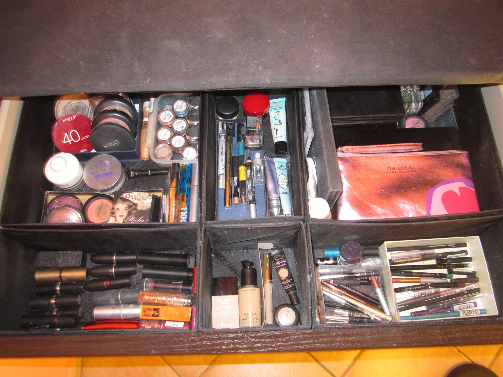 The lady of makeup my makeup table for Porta trucchi ikea
