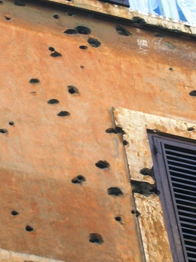 Particolare dei buchi nella facciata
