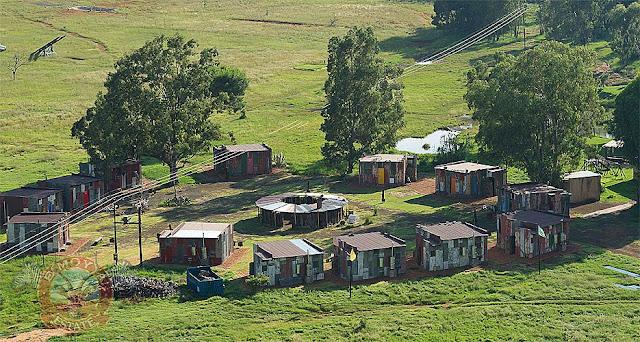 O Shanty Town é mais parecido com um assentamento do MST,  mas vai a caminho da taba indígena.
