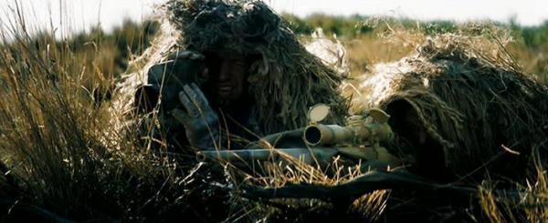 Фильм Стрелок. В кадре снайперская пара в камуфляже на позиции