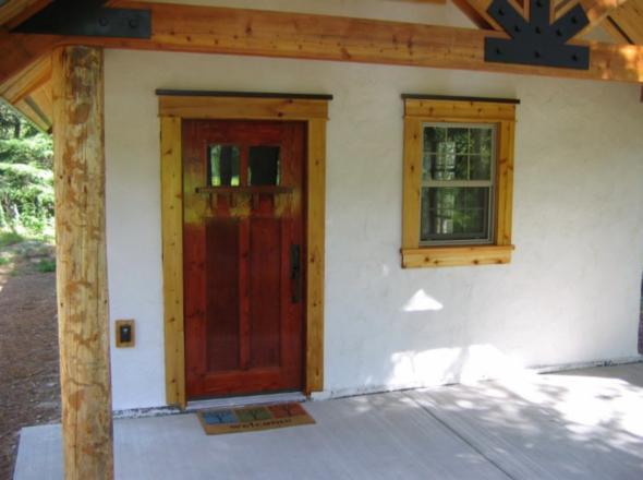 Парадная дверь в домик из соломы