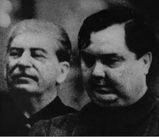 """""""La otra línea es la línea de la economía capitalista, donde las fuerzas productivas se han estancado"""" - publicado en el blog Crítica Marxista-Leninista en abril de 2013 - incluye: Informe ante el XIX Congreso del PC(b), por Georgy Malenkov - año 1952  Malenkov+y+Stalin"""
