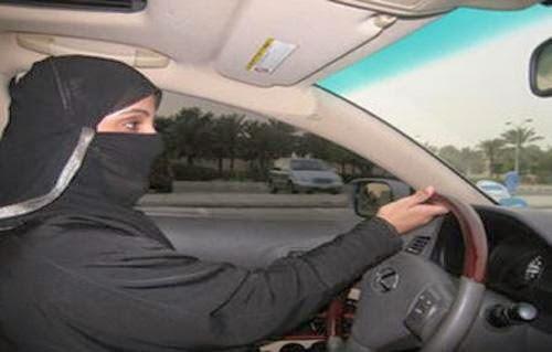 السجن 8 أشهر و150 جلدة لامرأة سعودية متهمة بقيادة سيارة والاعتداء على الأمن