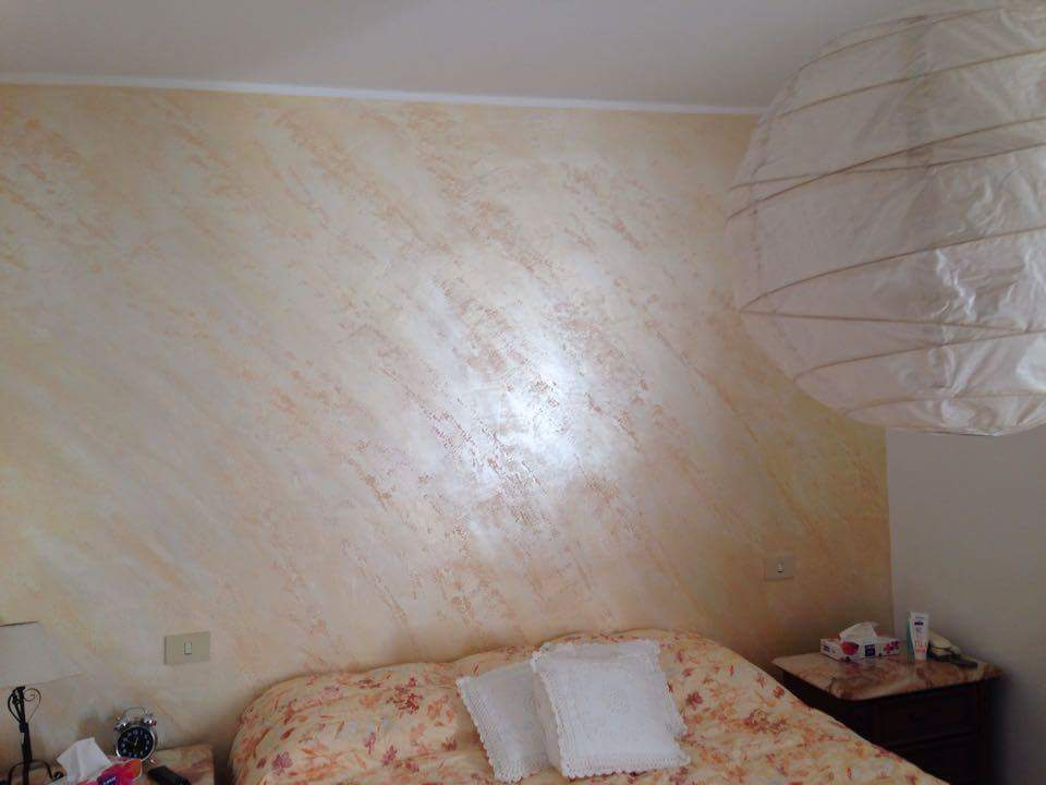 Imbianchino decorazione effetto pietra spaccata - Decorazioni parete camera da letto ...