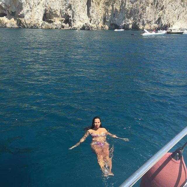Ariadna Arantes de biquíni em Capri, Itália