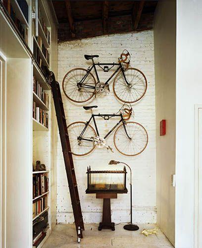 La fabrique d co ranger un v lo dans un appartement - Accroche velo plafond ...