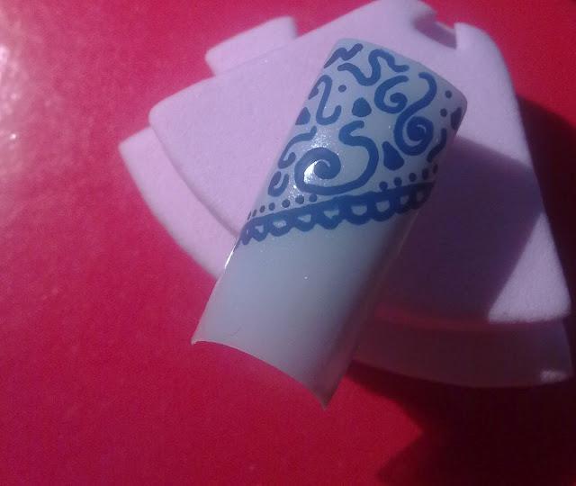 nail art con essence crystalliced n.04 e nail art pen di Sally Hansen