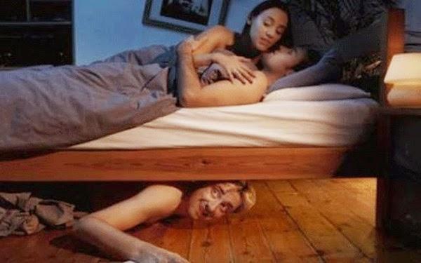Bố thường đột nhập vào phòng riêng, nhìn trộm vợ tôi ngủ
