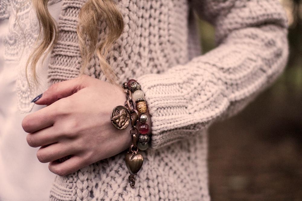 Bransoletka z aniołkiem, sercem, monetą na łańcuchu house. Koraliki, kardigan C&A.