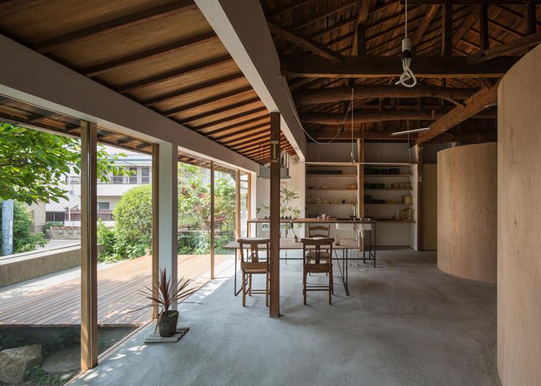 Casa a kamisawa con pareti interne curve di compensato by for Architettura tradizionale giapponese