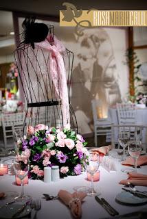 mesa convidado, guardanapo rosa, macramê pérolas, painel voil, busto ferro, flores, Sheraton, feswta, decoração