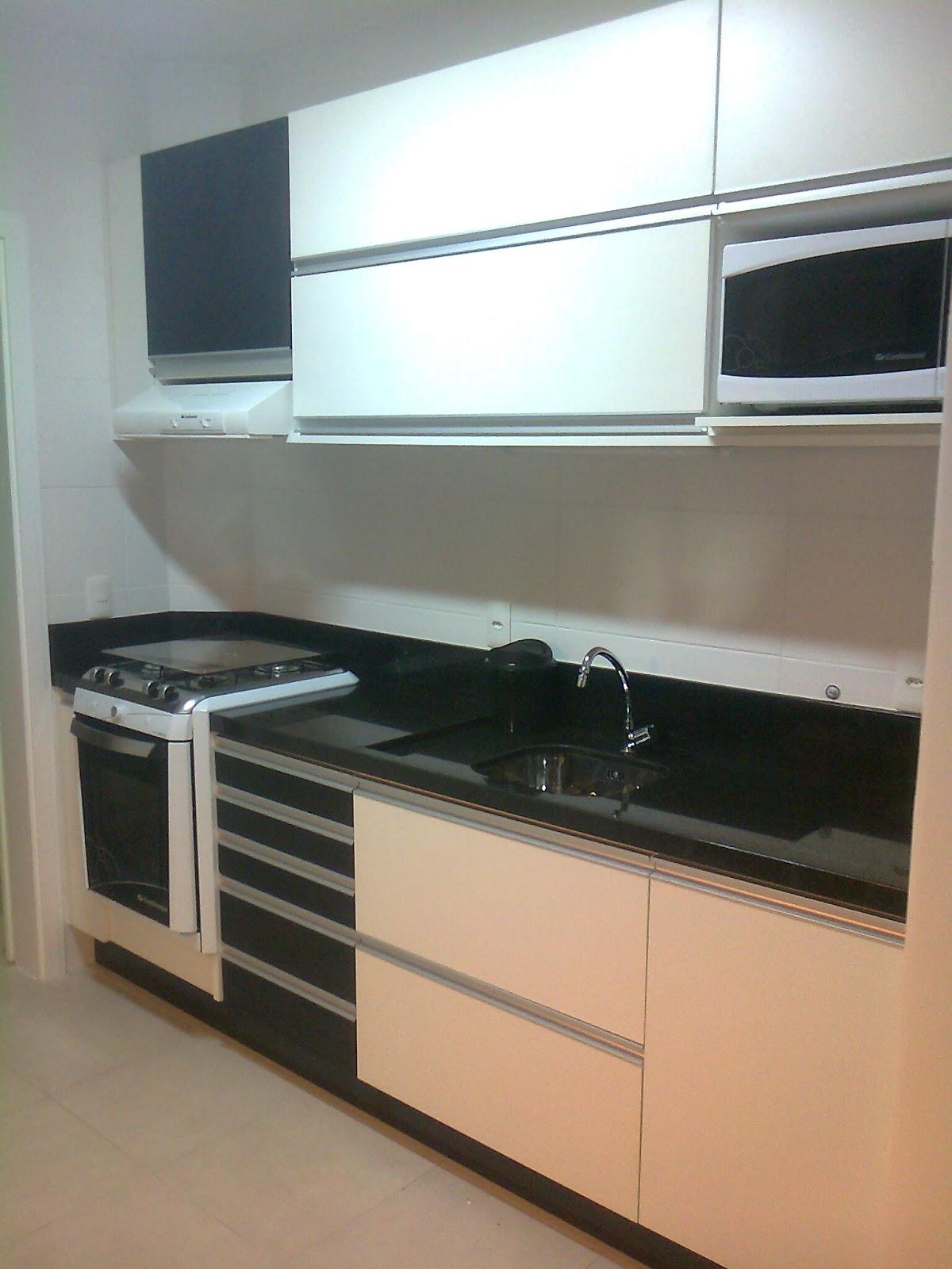 móveis sob medidas: Cozinha com fogão de embutir e passa prato #8D633E 1200 1600