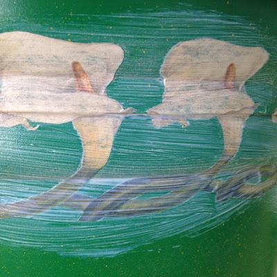 Transformar una maceta de plástico con pintura en spray y imágenes decoupage