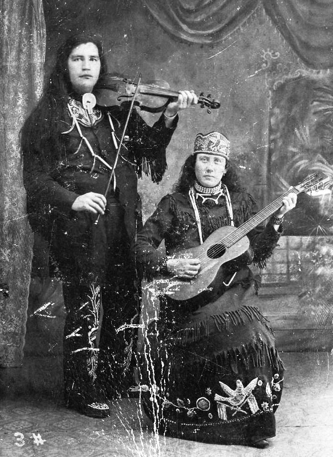 Violoniste et guitariste Iroquois vers 1880