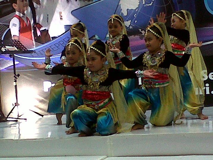 Aksi anak ekskul tari TKI Al Azhar 14 Semarang