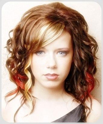Rambut keriting dapat dilihat di model rambut keriting pendek dan