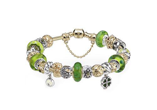 Lor, largent et le verre de Murano figurent ensemble sur ce bracelet Pandora en or 14 carats. Quelle belle combinaison! On a également ajouté une chaîne