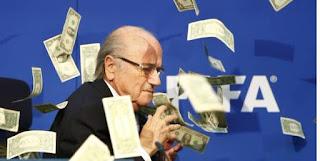 سيمون برودكين يهين بلاتر وبرمى المال فى وجه بلاتر || فيديو اهانة بلاتر