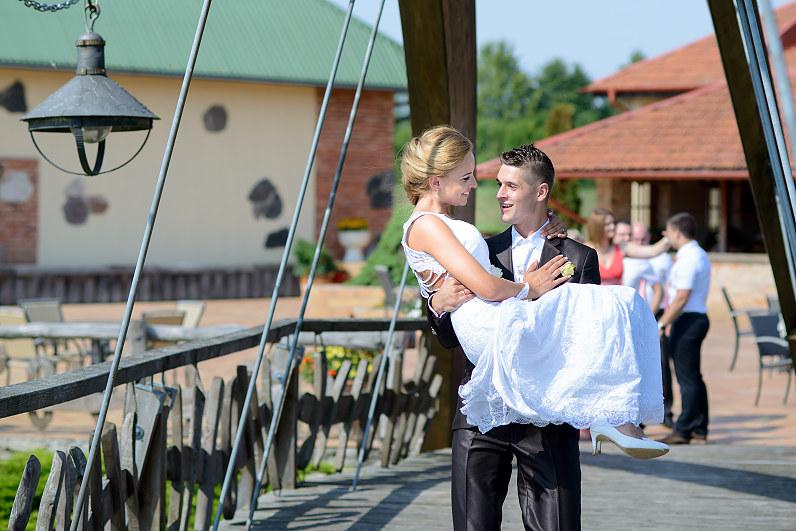 nešimas per tiltą