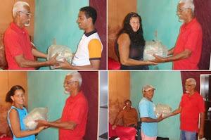 Distribuindo cestas básicas...