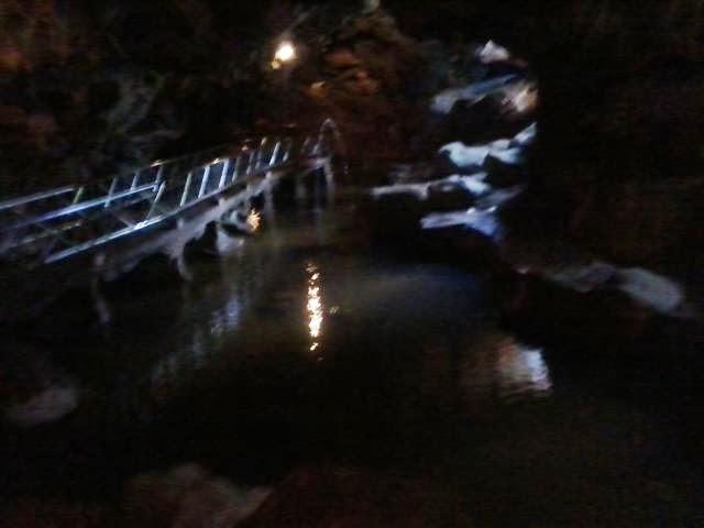 Suasana didalam Goa Akbar, tangga jalur pengunjung dan kolam ikan.