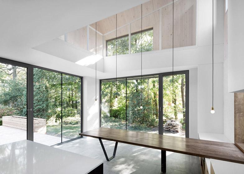Estensione di una casa con mattoni rossi e lamiera by for Piani di casa con giardino interno