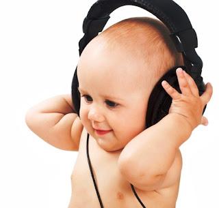 Foto gambar bayi lucu mendengarkan musik 19