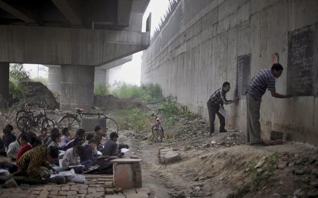 25 Photos Of People Who Will Inspire You - Two volunteer teachers provide a free education to improverished children living in New Delhi, India.