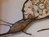 création d'une mosaïque en forme d'escargot blanc avec branches de vigne pâte de verre faïence coquillages mécanisme d'horloge par mimi vermicelle
