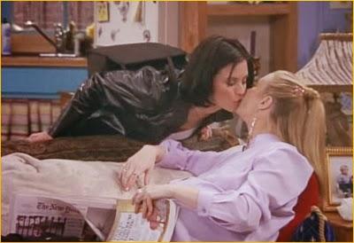 Beso de Monica a Phoebe, en la serie Friends