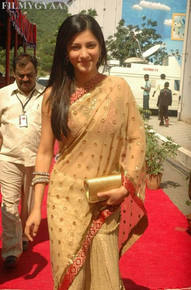 shruti hassan looks hot in saree
